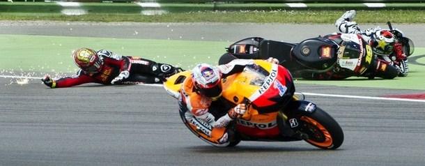 Stoner vince e riapre il mondiale, Lorenzo e Rossi out