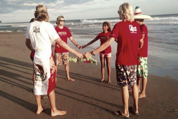 Selección Mexicana de Surf da último adiós a 'Joe' Estrada