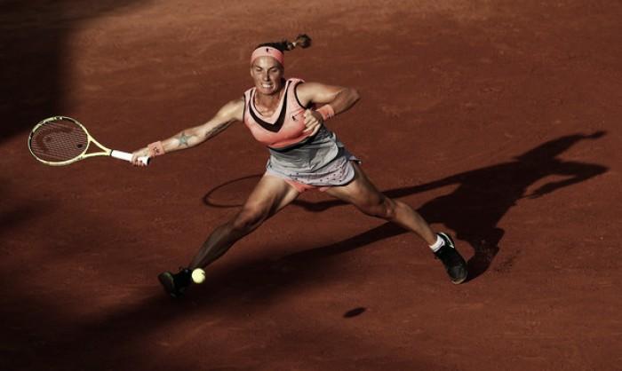 French Open: Svetlana Kuznetsova survives thriller against the powerful Oceane Dodin
