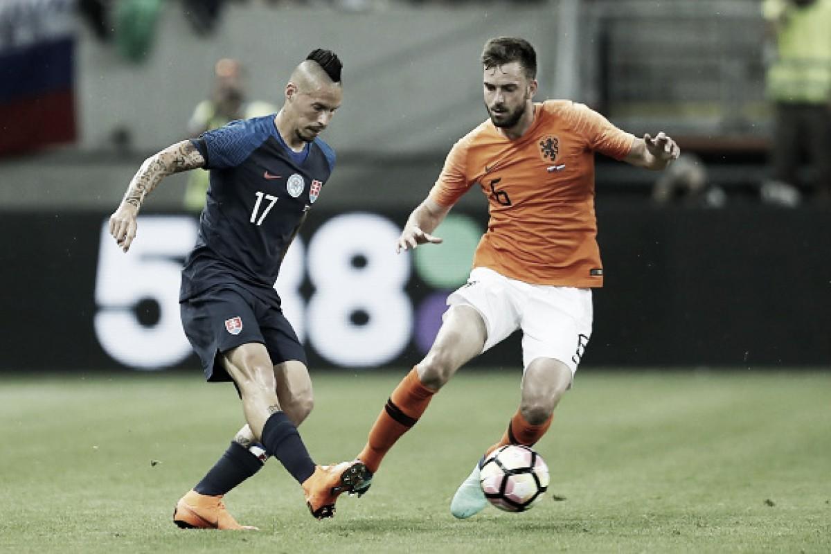 Holanda se recupera de primeiro tempo ruim e busca empate em amistoso contra Eslováquia