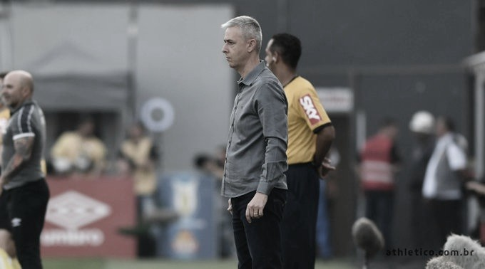 Após pênalti polêmico, Tiago Nunes defende VAR e sugere treinamento para árbitros