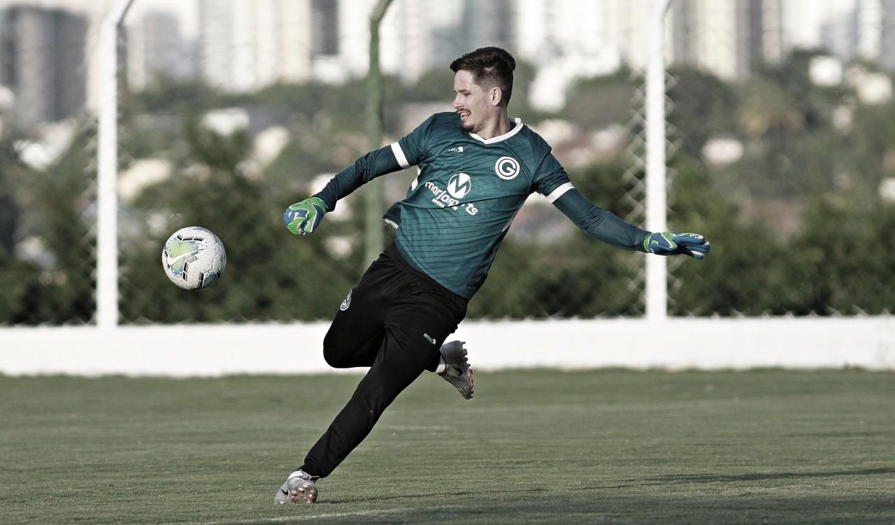 """Goleiro Tadeu celebra dois anos de Goiás: """"Sou um privilegiado"""""""