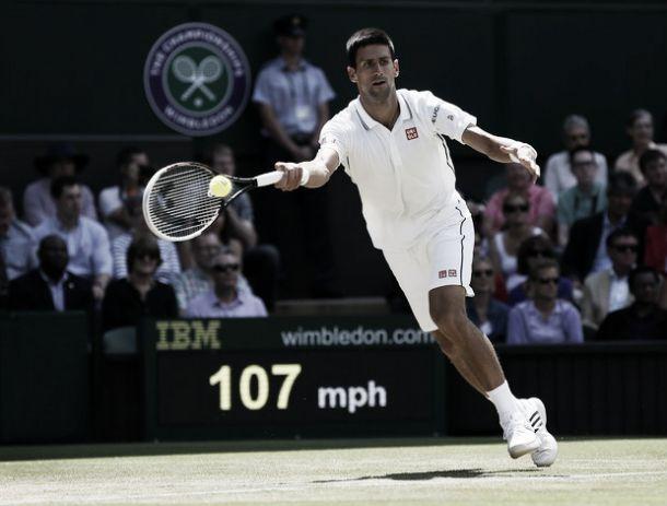 Novak Djokovic supera as dores e vence Gilles Simon em Wimbledon