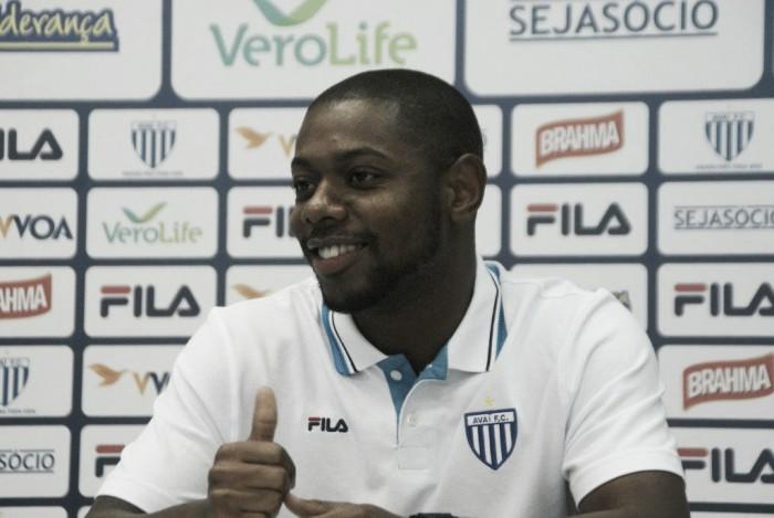 """Ex-São Bernardo, atacante Tatá é apresentado no Avaí: """"Tenho facilidade de atuar pelas beiradas"""""""