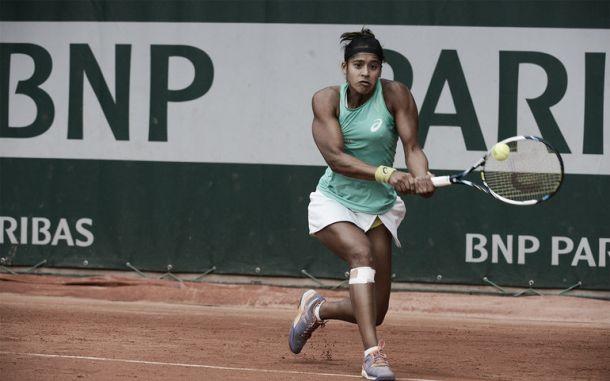 Teliana luta, mas acaba sendo derrotada por Makarova e está eliminada de Roland Garros