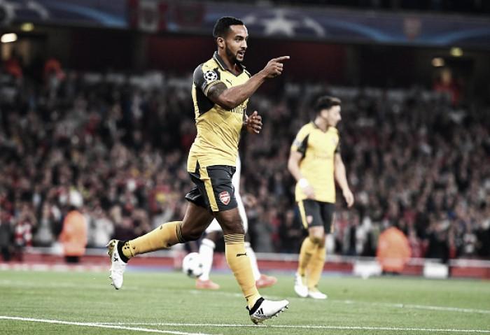 Com dois de Walcott, Arsenal vira líder ao bater Basel