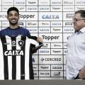 De volta ao futebol brasileiro, Alan Santos se apresenta ao Botafogo e garante entrega em campo