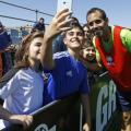 La afición del Granada CF disfruta del entrenamiento a puerta abierta