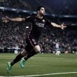 Barcelona vence dérbi contra Espanyol com doblete de Suárez e segue líder