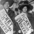 """<div>Dos manifestantes en un piquete informativo durante la huelga de las camiseras en 1910 en Nueva York</div><div>/Fotografía del archivo de """"El Periódico""""</div>"""