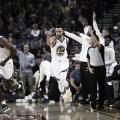 Stepehn Curry agradece una asistencia. | Foto: NBA