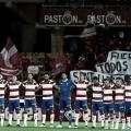 Precioso detalle de la afición local desplegando una pancarta en recuerdo de Sant Llorenç (Foto: Twitter Granada FC)