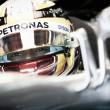 Formula 1, Lewis è una freccia, ma l'argento Mercedes è minacciato: in gara la Rossa può sferrare l'attacco