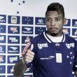 """Marinho adota postura séria ao ser apresentado no Cruzeiro: """"Descontraído só em campo"""""""