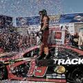 Truex vuelve a ganar en Sonoma