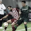 Cristian Tello pelea el esférico con Ioannis Fetfatzidis | Foto: UEFA Europa League.