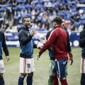 Saludo inicial entre jugadores en el último derbi asturiano | Imagen: LaLiga