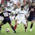 Pablo Hervías pugna por una bola con Banega contra el Sevilla (FOTO:// LaLiga)