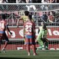 Momento en el que Escassi introduce su libre directo en la portería del Alcorcón | LaLiga 1|2|3
