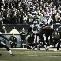Newton intenta el pase ante la presión del defensivo. | Foto: Panthers