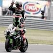 Tom Sykes logra su primera victoria de la temporada en una carrera accidentada