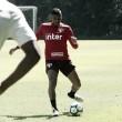 Reinaldo e Carneiro treinam no CT e voltam a trabalhar com bola