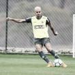 Fábio Santos volta a treinar entre os titulares do Atlético-MG para o jogo contra Botafogo
