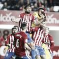 Varios jugadores del Sporting y el Alcorcón pugnan por un balón en el encuentro de la temporada pasada | Imagen: LaLiga