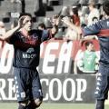 El Flaco Echeverría saludando a Casteglione, autor del gol en el 2011 (Foto: Olé).