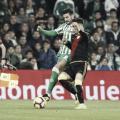 Álex Moreno tratando de retener un balón | Fotografía: La Liga
