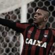 Herói da noite, Walter agradece à torcida após vitória contra o Corinthians