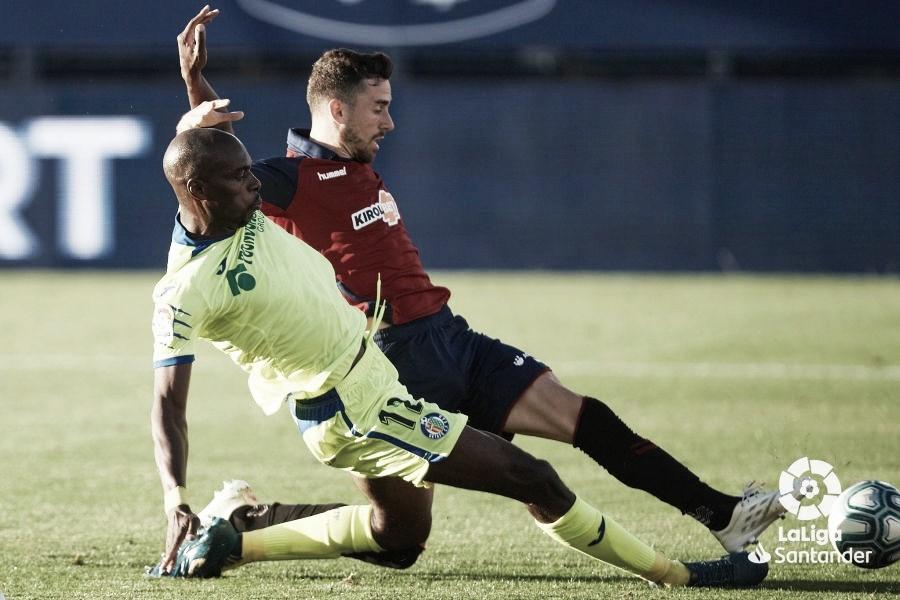 Disputa por el balón en el último enfrentamiento entre Osasuna y Getafe. Fuente: La Liga