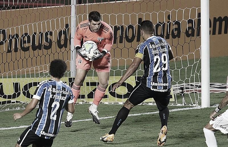 Tiago Volpi critica arbitragem e forma de atuar do Grêmio após eliminação do São Paulo