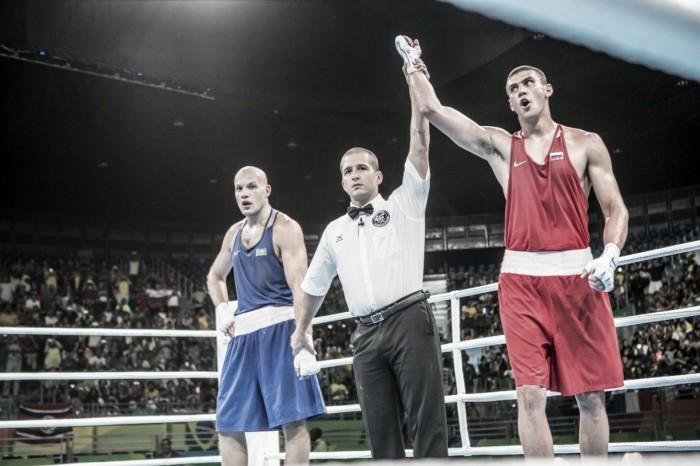 Evgeny Tishchenko leva ouro nos pesados do boxe ao vencer rival cazaque