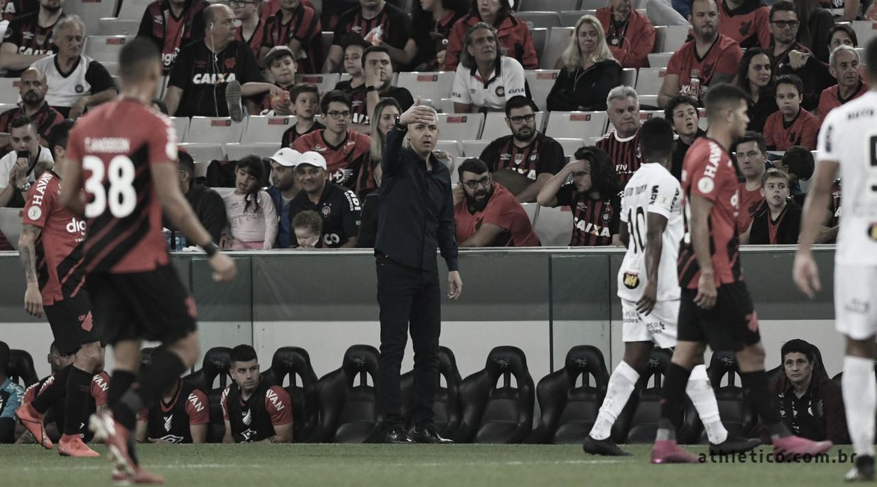 Tiago Nunes exalta Galo e elogia condição física de Adriano após vitória do Athletico