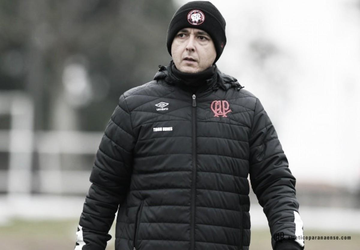 Tiago Nunes exalta entrega do Atlético-PR e diz que não se sente merecedor dos gritos da torcida