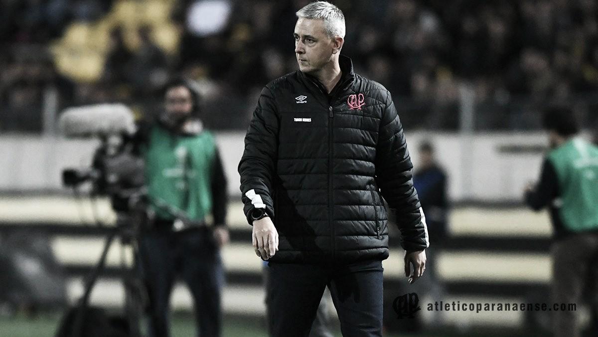 """Após goleada do Atlético-PR no Uruguai, Tiago Nunes comemora: """"Vou contar para meus netos"""""""