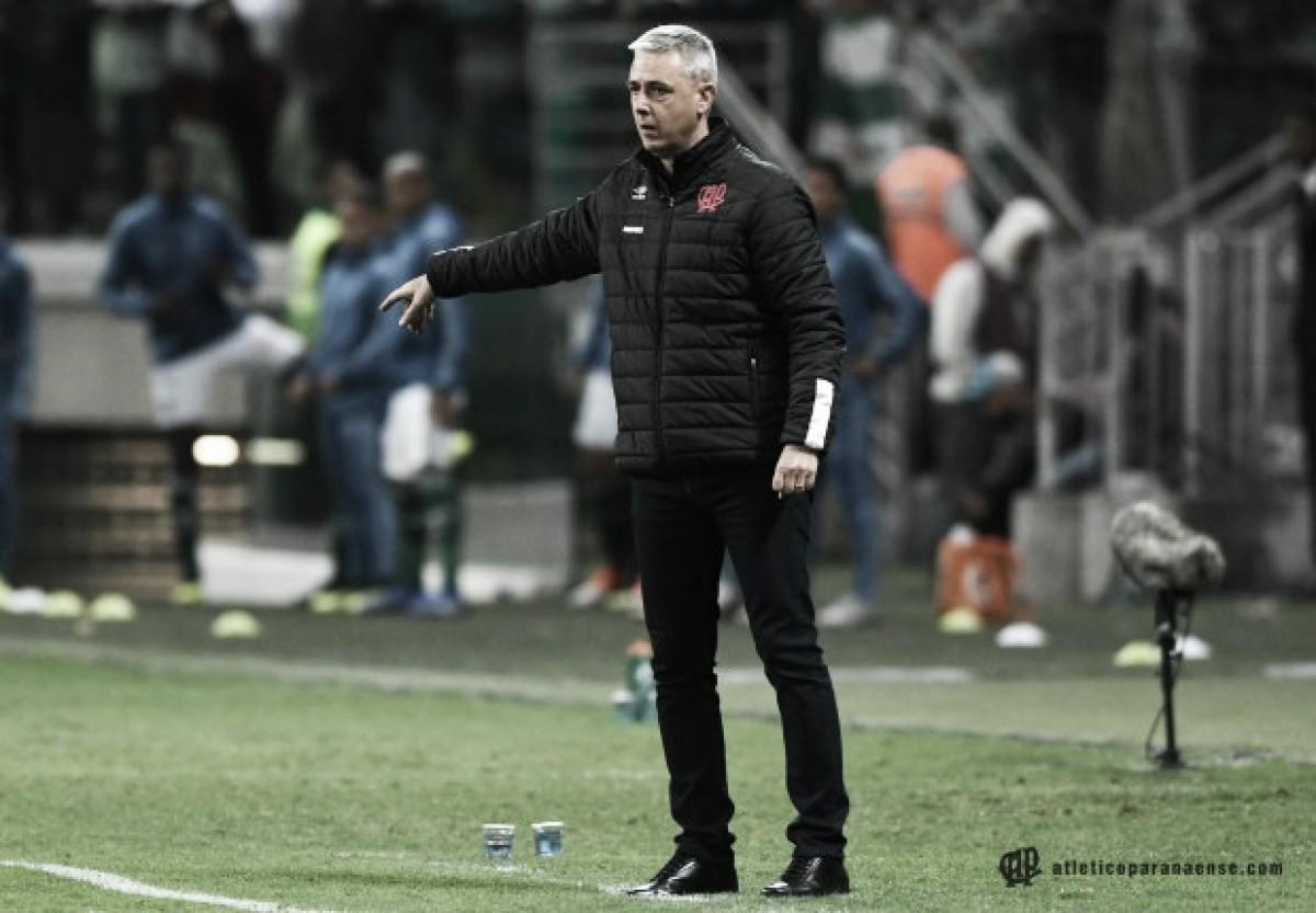 Após revés, Tiago Nunes lamenta erros do Atlético-PR: ''Entregamos as bolas para o Palmeiras''