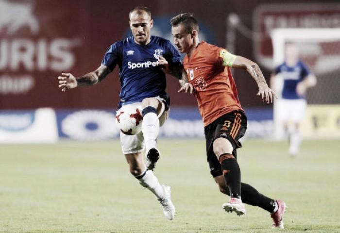 Em jogo fraco, Everton bate Ruzomberok e se classifica na pré-Europa League