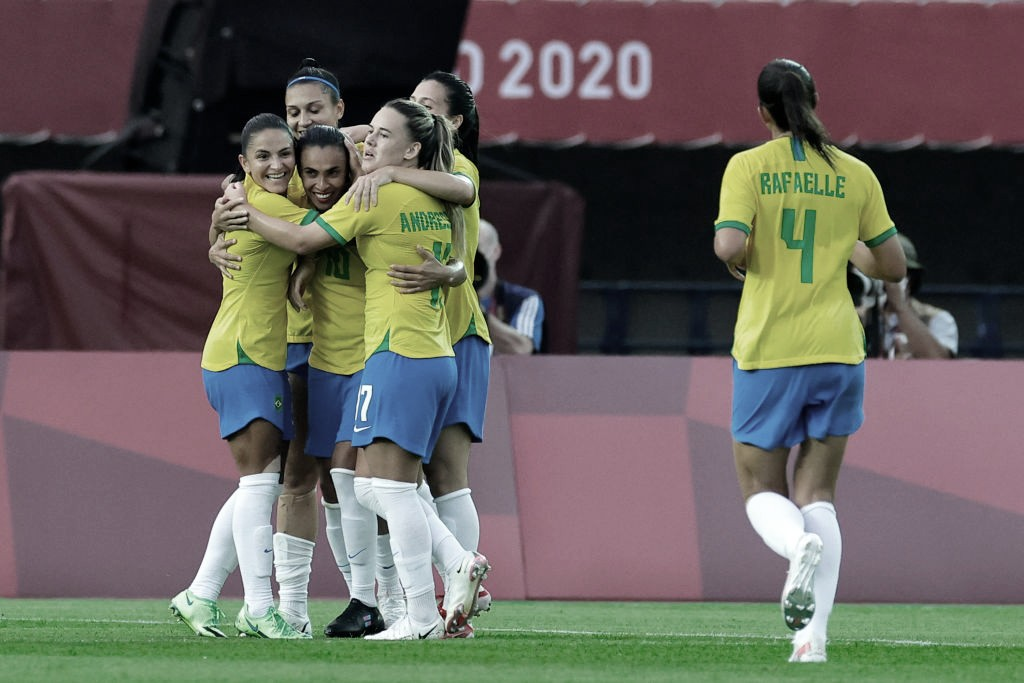 Em estreia nos Jogos Olímpicos, Brasil goleia China no futebol feminino