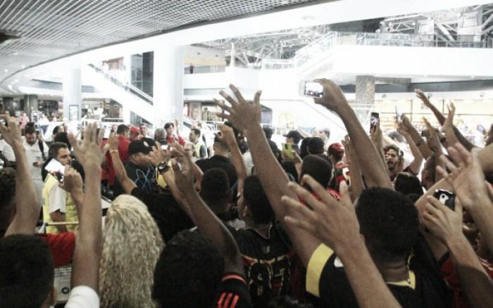 Em pequeno número, torcida do Sport faz festa no embarque para jogo com Palmeiras