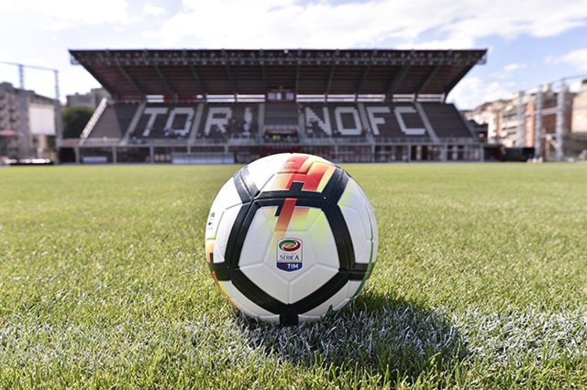Torino, allenamento al Filadelfia è aperto al pubblico: tifoso lancia bomba carta
