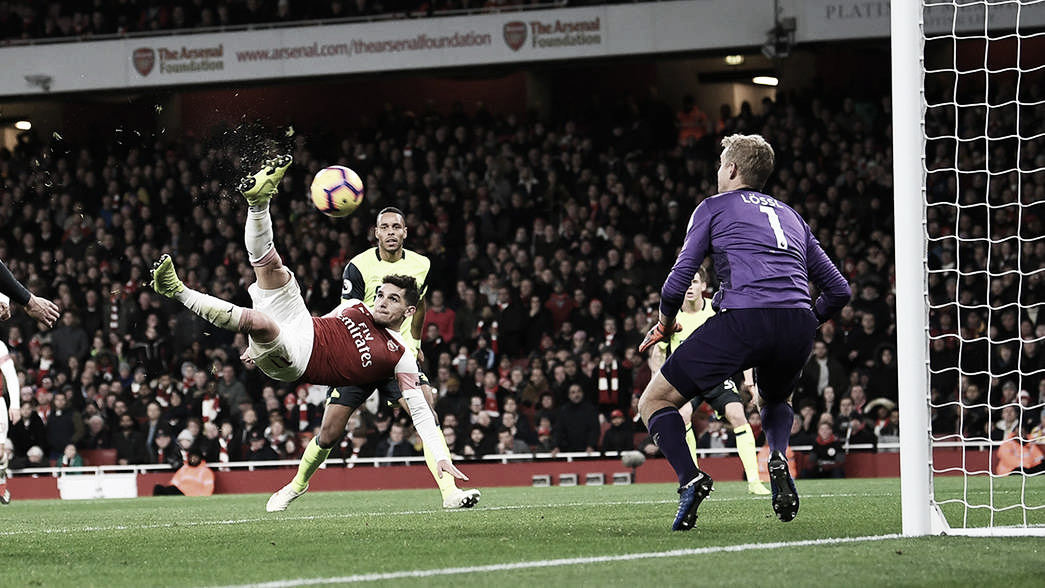 Com golaço no fim, Arsenal derrota Huddersfield no Emirates e continua no G-4