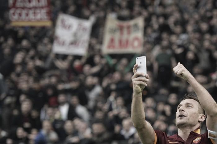 Após polêmica sobre salário, Totti indica renovação com Roma por mais uma temporada