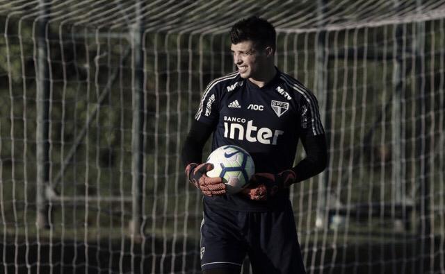 Tiago Volpi desfalca treino do São Paulo, mas deve enfrentar Chapecoense