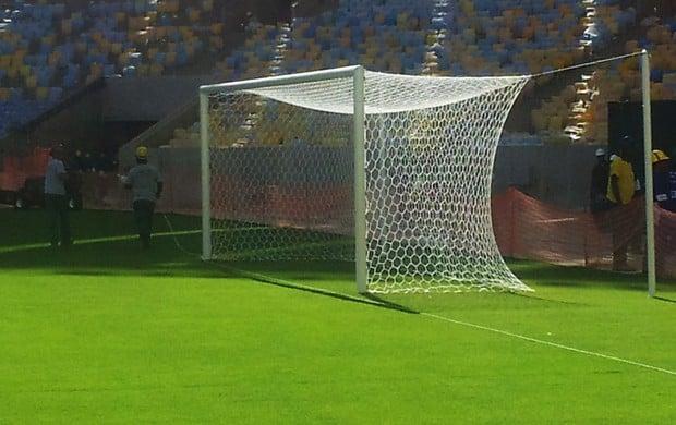 Redes são colocadas e gol do Maracanã terá novo formato