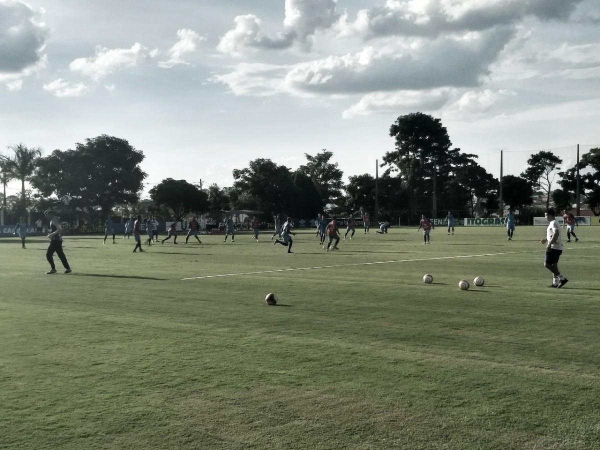 Em treinamento na Toca, Mano Menezes indica time misto do Cruzeiro para jogo contra URT