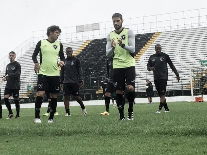 Jair Ventura mantém mistério no Botafogo e fecha treino sob forte chuva na Arena