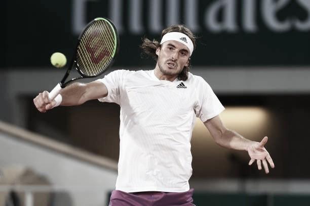 Tsitsipas sofre no primeiro set, mas vence Chardy na estreia em Roland Garros
