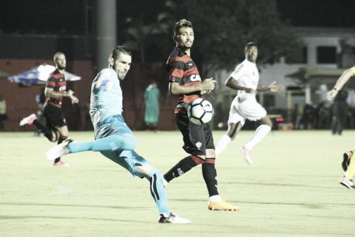 Copete desencanta, Santos vence Vitória no Barradão e segue no G-4